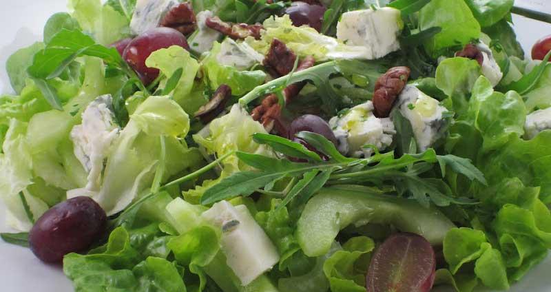 insalata con uva, noci e formaggio